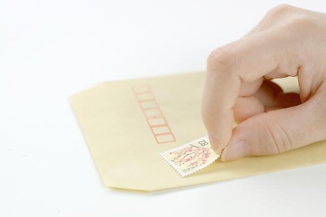 切手を貼る様子