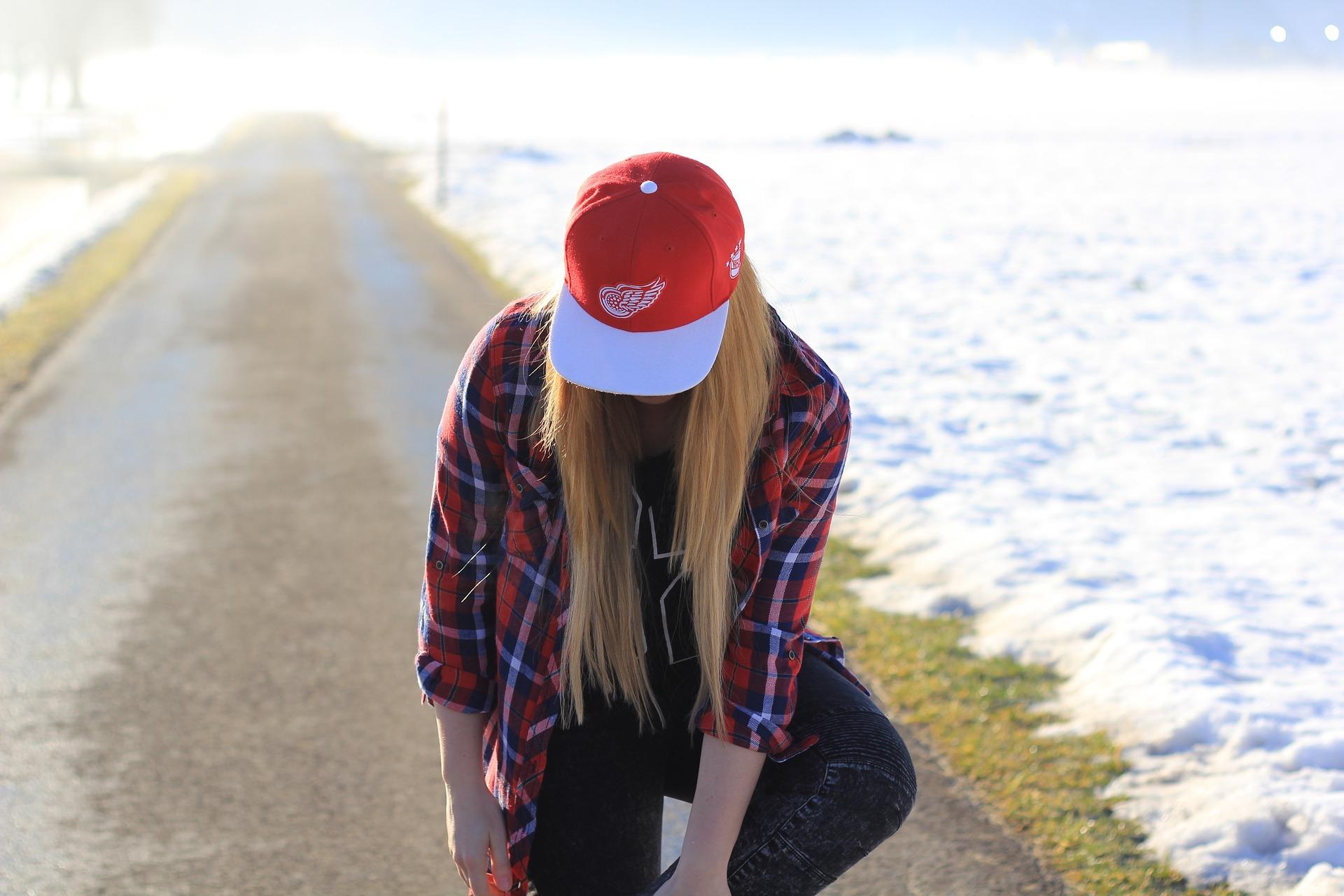 女性の赤いキャップ帽